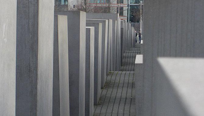 Holocaust-Mahnmal-Berlin_Gang-mit-welligem-Boden